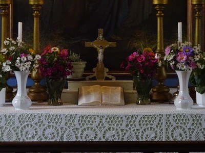 A templom oltára közelről